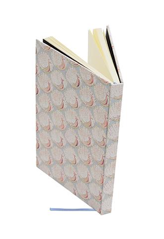 ライトブルーの孔雀柄のバティプリントを使用したシンプルな白紙のノートブック