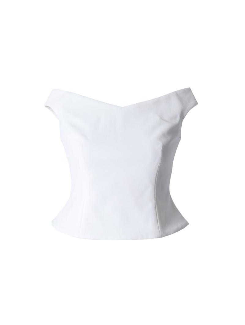 デコルテラインを美しく見せるゆるやかなVネックラインのホワイトカラーのオフショルダートップス
